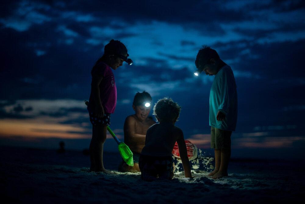 Дети вечером на пляже